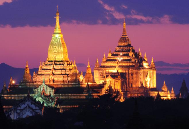 Ananda Pagoda and Thatbyinnyu Pagoda at night