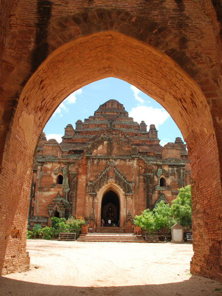 Dhammayangyi seen through the archway