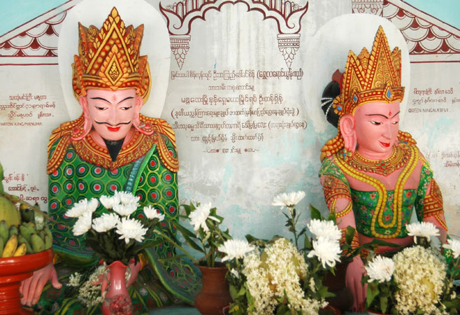 The statues of King Manuha and his queen