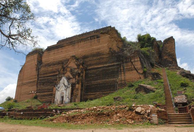 The massive Pahtodawgyi Pagoda